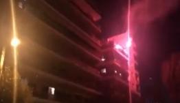 Ποιος κορωνοϊός; Σαββατιάτικο πάρτι στα μπαλκόνια της Αθήνας με φωτορυθμικά και... Λευτέρη Πανταζή [βίντεο]