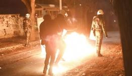 Εξάρχεια: Επίθεση με μολότοφ κατά των ΜΑΤ, έξω από τα γραφεία του ΠΑΣΟΚ