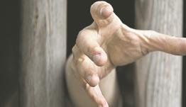 Αγωνία για έξι παιδιά στα «κλουβιά της ντροπής»