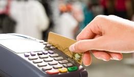 «Πονηροί» καταστηματάρχες: Πώς μας χρεώνουν παραπάνω όταν πληρώνουμε με κάρτα