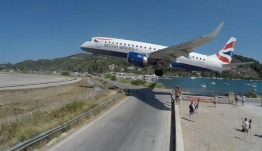 Βίντεο που κόβει την ανάσα: Αεροπλάνα περνούν «ξυστά» πάνω από τουρίστες στη Σκιάθο