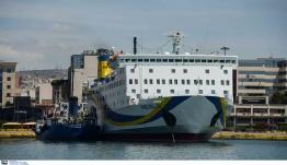 """Το """"Πρέβελης"""" προσέκρουσε στο λιμάνι της Σαντορίνης"""