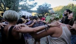 Χωρίς πίστες και χορούς τα πανηγύρια - Μόνο καθιστοί σε μπουζούκια και συναυλίες