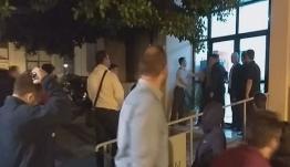 Μεγάλη ένταση στα Μέγαρα: Αποδοκίμασαν έντονα τον Γιώργο Τσίπρα σε διαβούλευση για τη δημιουργία δομής μεταναστών [βίντεο]