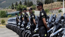 Η αστυνομία γιορτάζει με ένα βίντεο: Μηχανές, ελικόπτερα, ποδήλατα και σκύλοι
