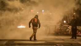«Κόλαση» στα Εξάρχεια: Μολότοφ, φωτοβολίδες και καμένες σημαίες στα επεισόδια για την επέτειο του Πολυτεχνείου