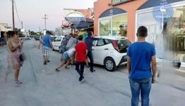 Ρόδος: (Βίντεο) Οδηγοί κι επιβάτες τουρίστες σηκώνουν αυτοκίνητο στα... χέρια για να ανοίξουν το δρόμο