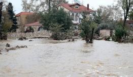 Χαλκιδική: Πλημμύρες και κατολισθήσεις από την κακοκαιρία -Χείμαρρος παρέσυρε ΙΧ με δυο γυναίκες